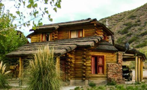 Espacios de buena vida cuenta con varias cabañas dentro del complejo Pueblo del Río, son para 2 a 7 personas, de estilo rústico, construidas en madera y piedra, traen vista al río o la montaña.