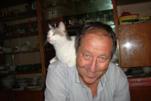 Domi Saccardi con gatta.