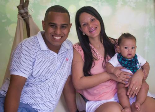 Alessandro, esposa  Larissa e o filho Lorenzo