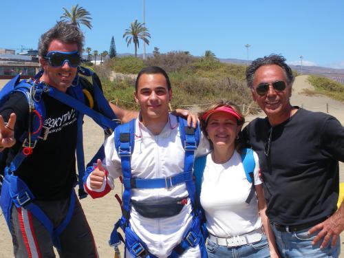 Yo a la derecha, mi esposa, mi hijo y un instructor de paracaidismo