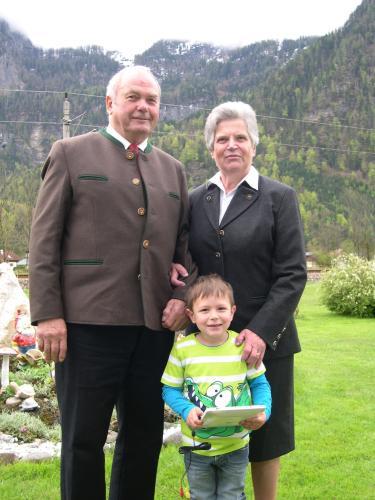 Hermann & Christine Stricker mit Enkelsohn Mattias